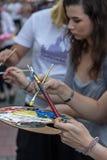 Κορίτσια που που χρωματίζουν στην οδό Στοκ Φωτογραφία
