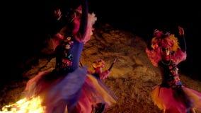 Κορίτσια σε ένα ενετικό κοστούμι μεταμφιέσεων που χορεύει υπαίθρια στα πρόσωπα των ανθρώπων της μάσκας χωρίς συγκίνηση απόθεμα βίντεο