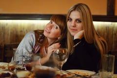 Κορίτσια σε ένα εστιατόριο στοκ φωτογραφίες με δικαίωμα ελεύθερης χρήσης