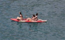 Κορίτσια σε ένα καγιάκ θάλασσας στην παραλία Λα Calobra στη βόρεια ακτή του νησιού της Μαγιόρκα ευρέως στοκ εικόνες