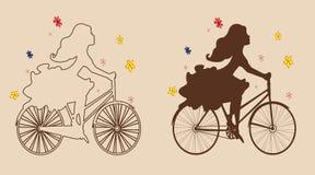 Κορίτσια σκιαγραφιών στο ποδήλατο Στοκ Φωτογραφία