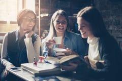 Κορίτσια σπουδαστών Smiley που μιλούν στον καφέ Στοκ φωτογραφία με δικαίωμα ελεύθερης χρήσης