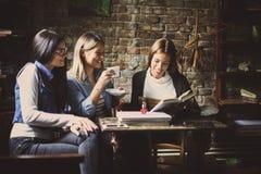 Κορίτσια σπουδαστών Smiley που μιλούν στον καφέ Στοκ Εικόνα
