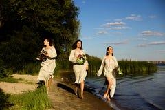 Κορίτσια στα εθνικά ενδύματα με το στεφάνι του εορτασμού λουλουδιών Στοκ φωτογραφία με δικαίωμα ελεύθερης χρήσης
