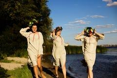 Κορίτσια στα εθνικά ενδύματα με το στεφάνι του εορτασμού λουλουδιών Στοκ εικόνα με δικαίωμα ελεύθερης χρήσης