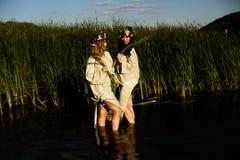 Κορίτσια στα εθνικά ενδύματα με το στεφάνι του εορτασμού λουλουδιών Στοκ φωτογραφίες με δικαίωμα ελεύθερης χρήσης