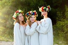 Κορίτσια στα εθνικά ενδύματα με το στεφάνι του εορτασμού λουλουδιών Στοκ εικόνες με δικαίωμα ελεύθερης χρήσης