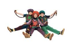 Κορίτσια στα ζωηρόχρωμα κοστούμια και απομονωμένη την καπέλα άποψη στοκ φωτογραφία με δικαίωμα ελεύθερης χρήσης
