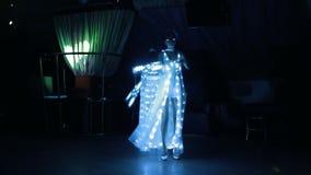 Κορίτσια στα κοστούμια του άσπρου εμπαθούς χορού LEDs με τον ανεμιστήρα των οδηγήσεων απόθεμα βίντεο