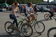 Κορίτσια στα ποδήλατα στους λόφους σπουργιτιών της Μόσχας Στοκ Φωτογραφία
