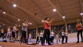 Κορίτσια στα χαλιά στη γυμναστική που κάνει την άσκηση Στοκ φωτογραφία με δικαίωμα ελεύθερης χρήσης