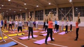 Κορίτσια στα χαλιά στη γυμναστική που κάνει την άσκηση Στοκ Φωτογραφίες