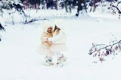 Κορίτσια στα χειμερινά ενδύματα που παίζουν στο πάρκο υπαίθρια Στοκ Εικόνες