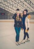 Κορίτσια στην αίθουσα παγοδρομίας πάγος-πατινάζ Στοκ φωτογραφία με δικαίωμα ελεύθερης χρήσης