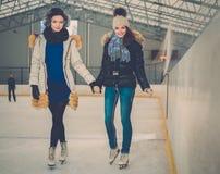 Κορίτσια στην αίθουσα παγοδρομίας πατινάζ πάγου Στοκ Φωτογραφία
