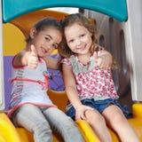 Κορίτσια στην εκμετάλλευση παιδικών σταθμών Στοκ φωτογραφίες με δικαίωμα ελεύθερης χρήσης