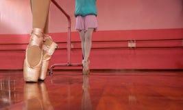 Κορίτσια στην κατηγορία μπαλέτου τους στοκ φωτογραφία με δικαίωμα ελεύθερης χρήσης