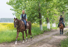 Κορίτσια στην οδήγηση πλατών αλόγου Στοκ Φωτογραφίες