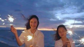 Κορίτσια στην παραλία με τα sparklers απόθεμα βίντεο