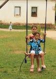 Κορίτσια στην ταλάντευση Στοκ φωτογραφία με δικαίωμα ελεύθερης χρήσης