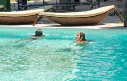 Κορίτσια στη λίμνη στο ξενοδοχείο Aquapark σε Kranevo, Βουλγαρία Στοκ Εικόνα