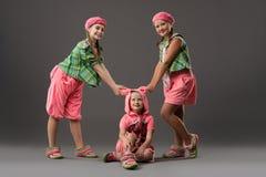 Κορίτσια στις ζωηρόχρωμες πυτζάμες και την πλεκτή άποψη παπουτσιών στοκ εικόνες με δικαίωμα ελεύθερης χρήσης