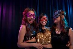 Κορίτσια στις μάσκες μεταμφιέσεων Στοκ φωτογραφία με δικαίωμα ελεύθερης χρήσης