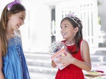 Κορίτσια στις τιάρες με το παρόν στοκ εικόνες