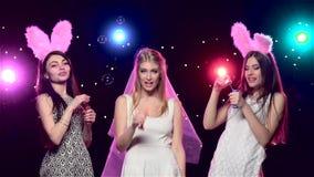 Κορίτσια στις φυσώντας φυσαλίδες σαπουνιών κομμάτων bachelorette κίνηση αργή απόθεμα βίντεο