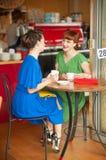 Κορίτσια στον καφέ Στοκ εικόνες με δικαίωμα ελεύθερης χρήσης