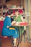 Κορίτσια στον καφέ Στοκ φωτογραφία με δικαίωμα ελεύθερης χρήσης