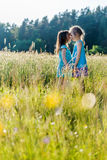Κορίτσια στον τομέα Στοκ φωτογραφίες με δικαίωμα ελεύθερης χρήσης