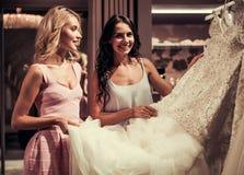 Κορίτσια στο γαμήλιο σαλόνι Στοκ Εικόνες