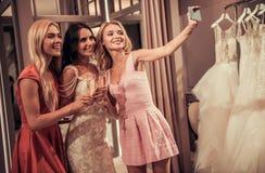 Κορίτσια στο γαμήλιο σαλόνι Στοκ εικόνα με δικαίωμα ελεύθερης χρήσης