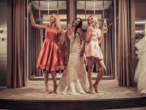 Κορίτσια στο γαμήλιο σαλόνι Στοκ Εικόνα