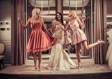 Κορίτσια στο γαμήλιο σαλόνι Στοκ φωτογραφία με δικαίωμα ελεύθερης χρήσης