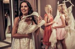 Κορίτσια στο γαμήλιο σαλόνι Στοκ Φωτογραφίες