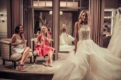 Κορίτσια στο γαμήλιο σαλόνι Στοκ φωτογραφίες με δικαίωμα ελεύθερης χρήσης