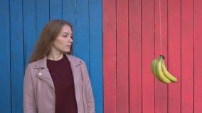 Κορίτσια στο ζωηρόχρωμο ξύλινο υπόβαθρο eco φιλμ μικρού μήκους