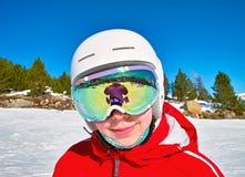 Κορίτσια στο κράνος και τα προστατευτικά δίοπτρα σκι Στοκ Εικόνες