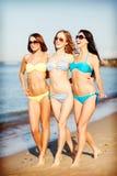 Κορίτσια στο μπικίνι που περπατούν στην παραλία Στοκ Φωτογραφία