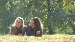 Κορίτσια στο πάρκο απόθεμα βίντεο