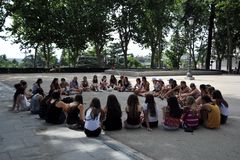 Κορίτσια στο πάρκο Plaza de Oriente στο κέντρο της Μαδρίτης Στοκ εικόνες με δικαίωμα ελεύθερης χρήσης