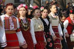 Κορίτσια στο παραδοσιακό horo χορού κοστουμιών κατά τη διάρκεια του διεθνούς φεστιβάλ των παιχνιδιών † Surva† μεταμφιέσεων Στοκ εικόνες με δικαίωμα ελεύθερης χρήσης