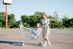 Κορίτσια στο χώρο στάθμευσης κοντά στο κατάστημα Στοκ φωτογραφία με δικαίωμα ελεύθερης χρήσης