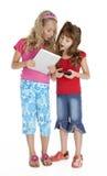 κορίτσια συσκευών λίγη ταμπλέτα δύο Στοκ εικόνα με δικαίωμα ελεύθερης χρήσης