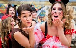 Κορίτσια τη ροδαλή Δευτέρα που γιορτάζουν γερμανικό Fasching καρναβάλι στοκ εικόνα