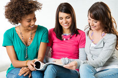 Κορίτσια φίλων που διαβάζουν από κοινού Στοκ Φωτογραφία