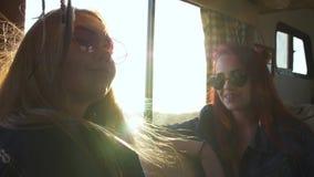 Κορίτσια ύφους Boho στον ήλιο απόθεμα βίντεο