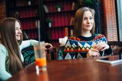 Κορίτσια Selfie στον καφέ Στοκ Φωτογραφίες
